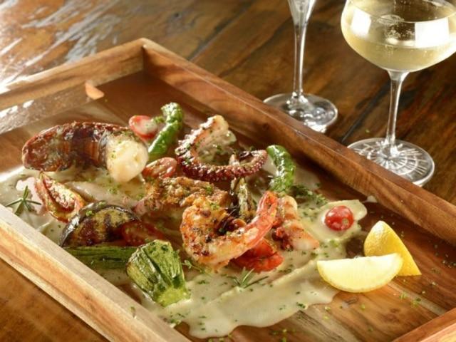 A grigliata de frutos do mar tem até cauda de lagosta, tudo ao molho de limão-siciliano
