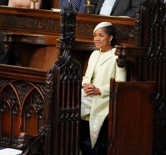Doria Ragland, a mãe da noiva, foi com conjunto Oscar de la Renta verde claro e um chapéu que parece uma boina
