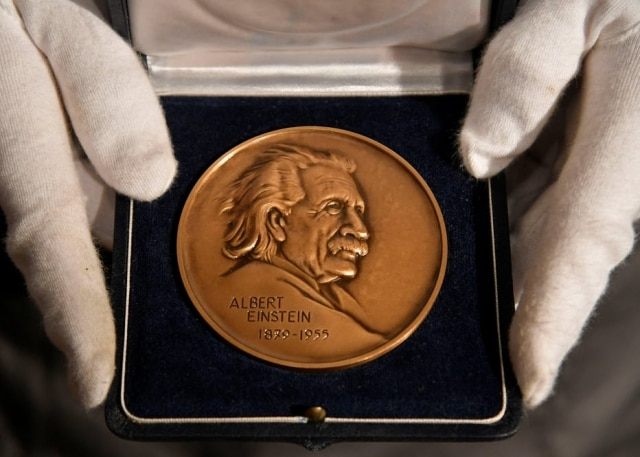 Prêmio Albert Einstein entregue a Stephen Hawking que irá a leilão na Christie's.