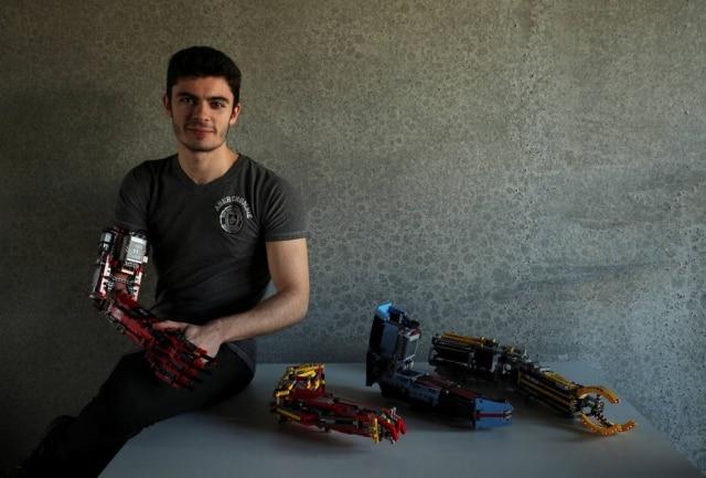 David Aguliar, de 19 anos, com suas próteses feitas com pelças de Lego.