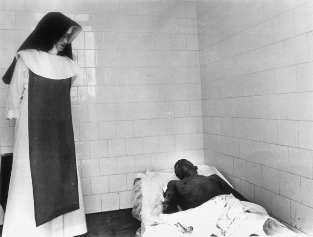 Irmã Dulce em suas obras assistenciais fotografada por Agliberto Lima