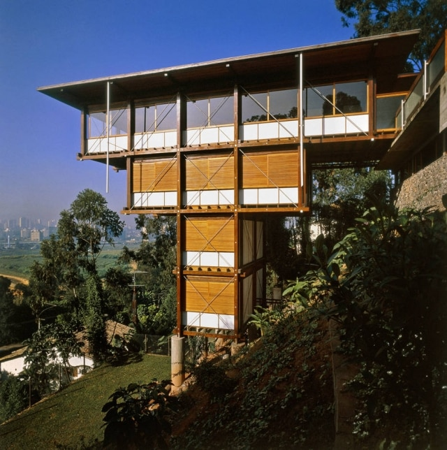 Residência Hélio Olga Jr: instalado em terreno com seis pontos de apoio e quatro andares, o edifício foi projetado por Marcos Acayaba e Mauro Halluli entre 1987 e 1990