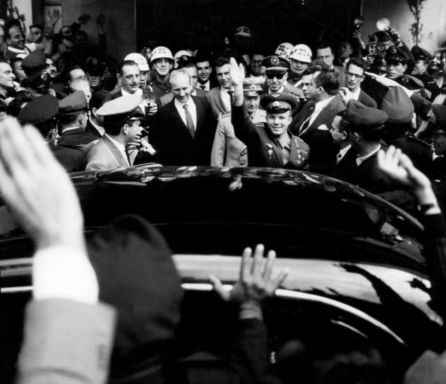 Yuri Gagarin é seguido por uma multidão de fãs durante visita ao Brasil.São Paulo, SP, 1961.