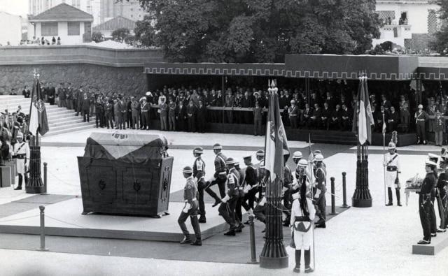 Os despojos de D. Pedro I são transportados para serem sepultados no Monumento à Independência durante as comemorações dos 150 anos da proclamação, São Paulo, SP, 1972