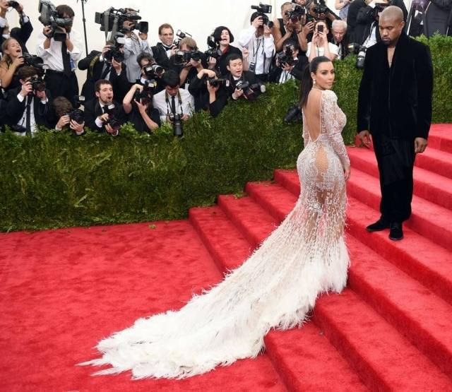 Acompanhada pelo marido, o rapper Kanye West, Kim usa posa no tapete vermelho do baile do Met