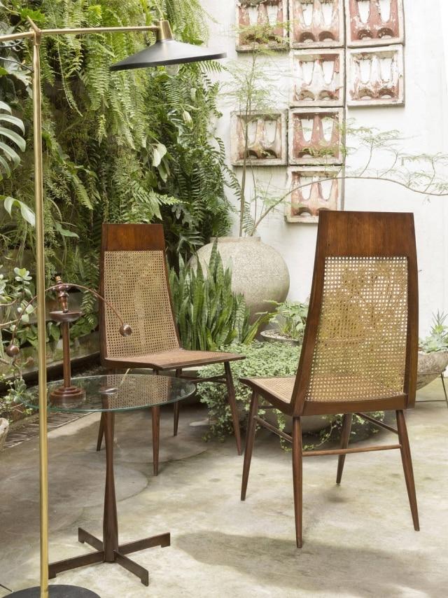 Cadeira curvadadeespaldaralto, de1949, assinada por Joaquim Tenreiro