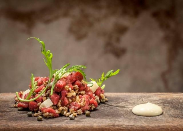 Nino Cucina. A carne cruda do Rodolfo de Santis leva cevada crocante, pecorino e rúcula