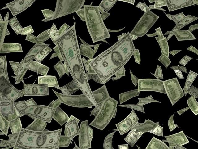 Algumas pessoas pararam no caminho para pegar dinheiro.