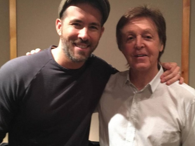 O ator Ryan Reynolds ao lado do ex-beatle Paul McCartney.
