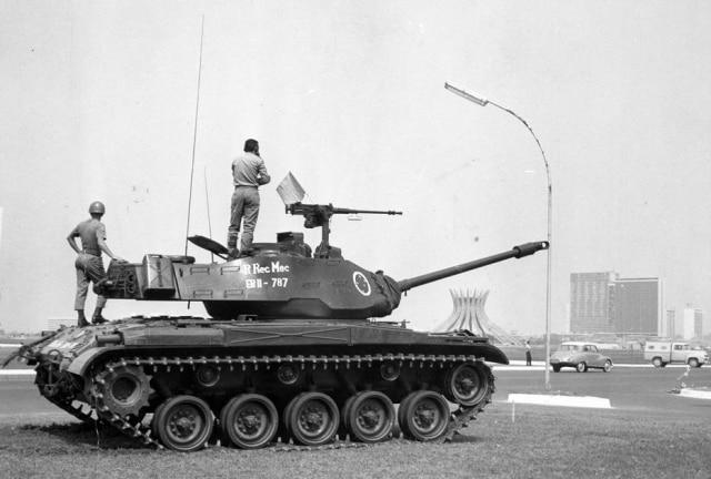 Um carro de combate toma posição, guarnecendo prédios federais em Brasília. A pronta ação das unidades blindadas e da Infantaria do Exército develou em poucas horas o movimento sedicioso deflagrado na manhã de 12/9/1963.Foto:Acervo/Estadão