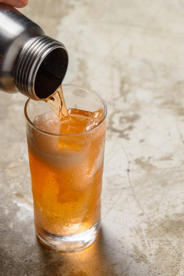 Lucitta Fizz, uma combinação de gim, tequila, Aperol, suco de lichia e maçã que Gabriel Santana, do Benzina, gaseificahighball no sifão