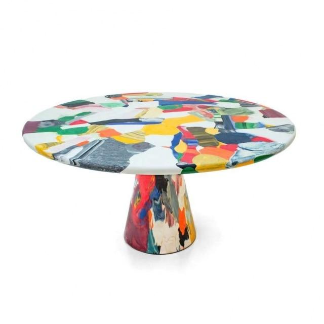 A mesa Meltingpot, do designer holandês Dirk Vander Kooij, feita com matéria-prima proveniente da fusão de móveis de plásticos descartados