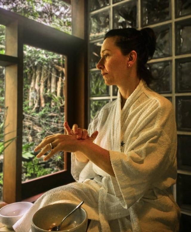 Sueli Szterling, diretora do Kurma Spa, indica combinar os tratamentos de beleza e bem estar com alongamento ou exercício de respiração