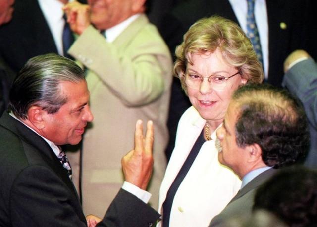 A deputada Zulaiê Cobra com colegas no plenário da Câmara dos Deputados, em 2000.