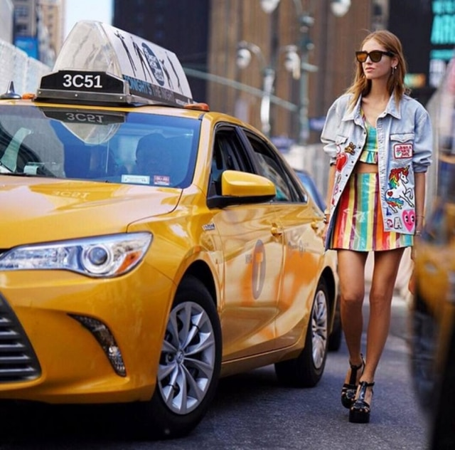 Para o desfile de Jeremy Scott, a blogueira apostou em um visual todo do estilista. Os sapatos são da Melissa