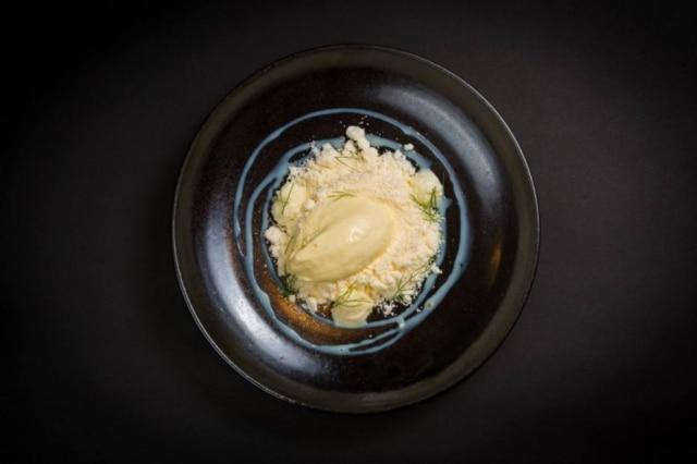 Sobremesa Areias de Santos, homenagem do chef a sua terra natal, com uma areia de baunilha a esconder uma geleia de maracujá com castanha-de-caju e sorvete (feito na casa) de chocolate branco.