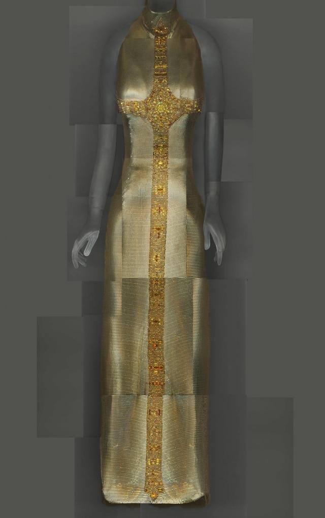 O dourado e a cruz, dois elementos recorrentes no imaginário cristão, no vestido Gianni Versace dooutono-inverno 1997-98