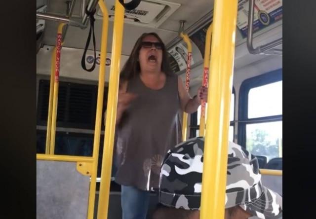 """Mulher grita com passageiros que ela julga serem imigrantes e pede que eles """"voltem ao seu país""""."""