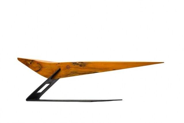 Banco Nau, fabricado em madeira maciça com aproximadamente 1,90 m, que se mantém suspenso em uma base em aço corten, do designer Leonardo Vanetti. www.leonardovanetti.com