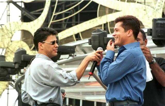 Zezé Di Camargo e Leonardo durante ensaio para o programa 'Amigos' em 1998.