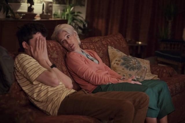 A série mostra alguns momentos de constrangedores entre Otis e sua mãe ao falar sobre sexualidade