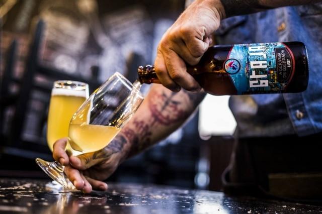 """""""A cerveja de quebrada"""", diz o rótulo da lager clara da Graja Beer."""