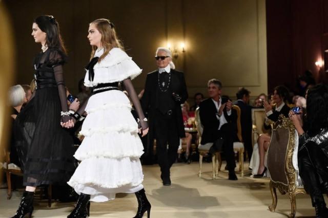 Karl Lagerfeld e as modelos do momento, Kendall Jenner e Cara Delevingne, no final do desfile da coleção que tem a Áustria como tema