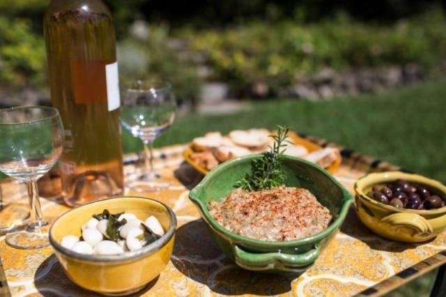 Na sacada da casa, Julia já alimentou lendas como o autor de culinária James Beard e M.F.K. Fisher.