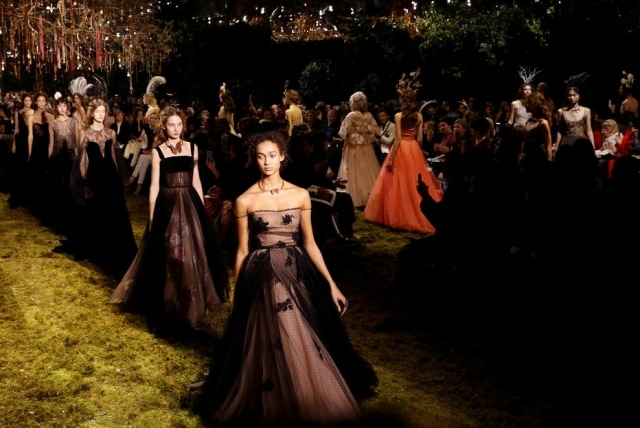 Vestidos de tule e organza foram o ponto alto da coleção de alta costura da Dior