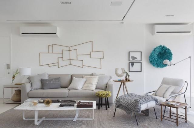 Na sala, móveis dos moradores foram reaproveitados e incorporados à decoração