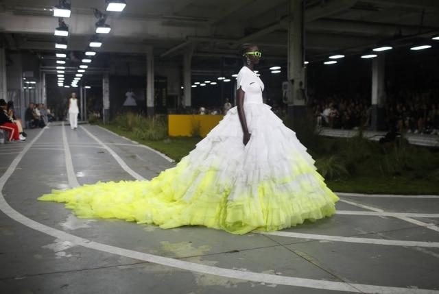 A noiva da Off-White: streetwear de luxo numa passarela montada como pista de atletismo