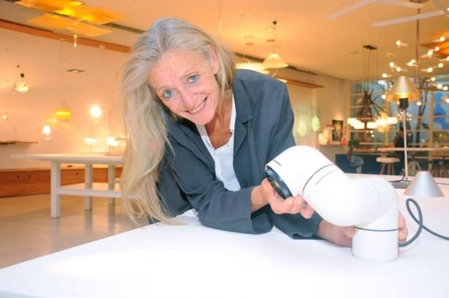 Nina Masso, designer e fundadora da Santa&Cole apresenta uma das criações da marca