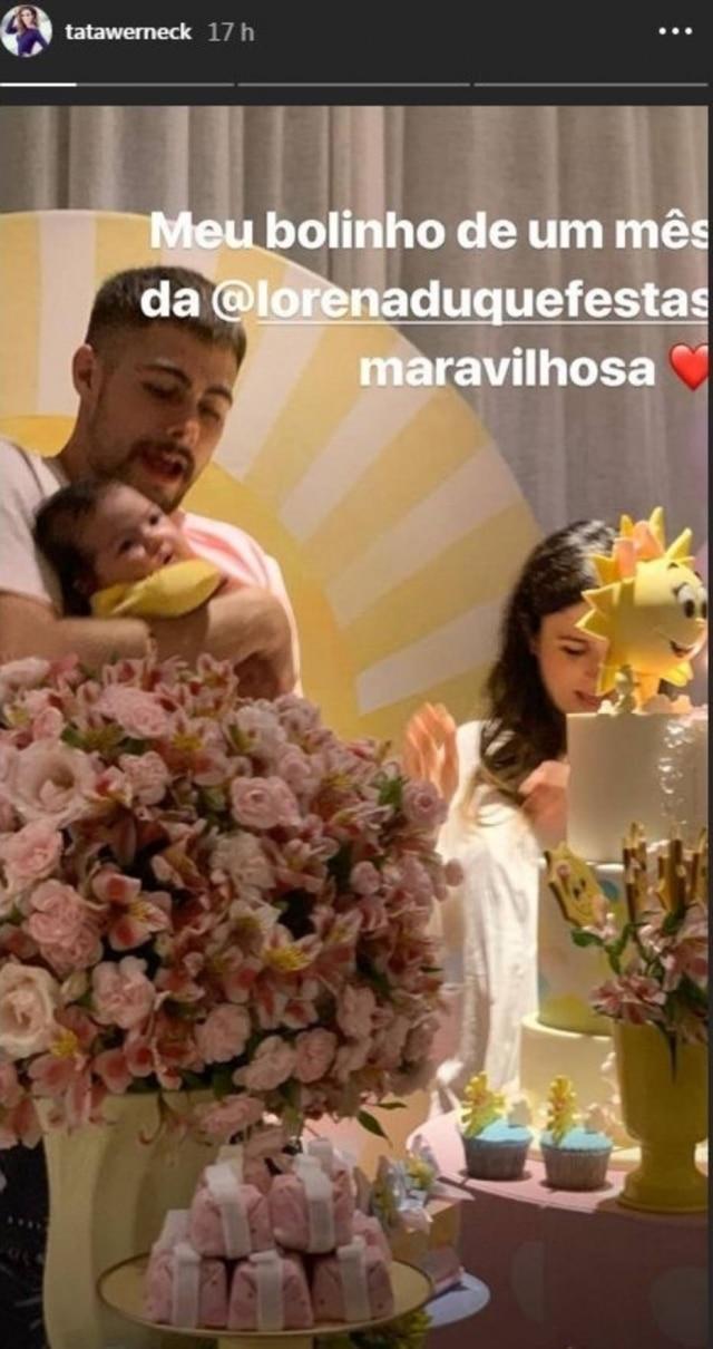 Comemoração de um mês de vida de Clara Maria teve direito a bolo e decoração.