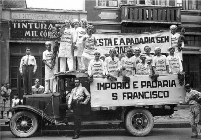Bloco de Carnaval de Padeiros da Padaria S. Francisco. Brasil; Autoria não identificada; Anos 1920.