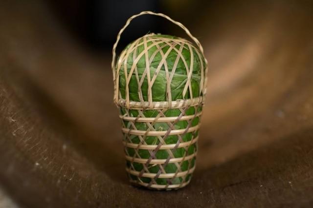 O paneiro é uma cesta de palha trançada à mão e recoberta com folhas frescas de guarimã usada como embalagem para a farinha.