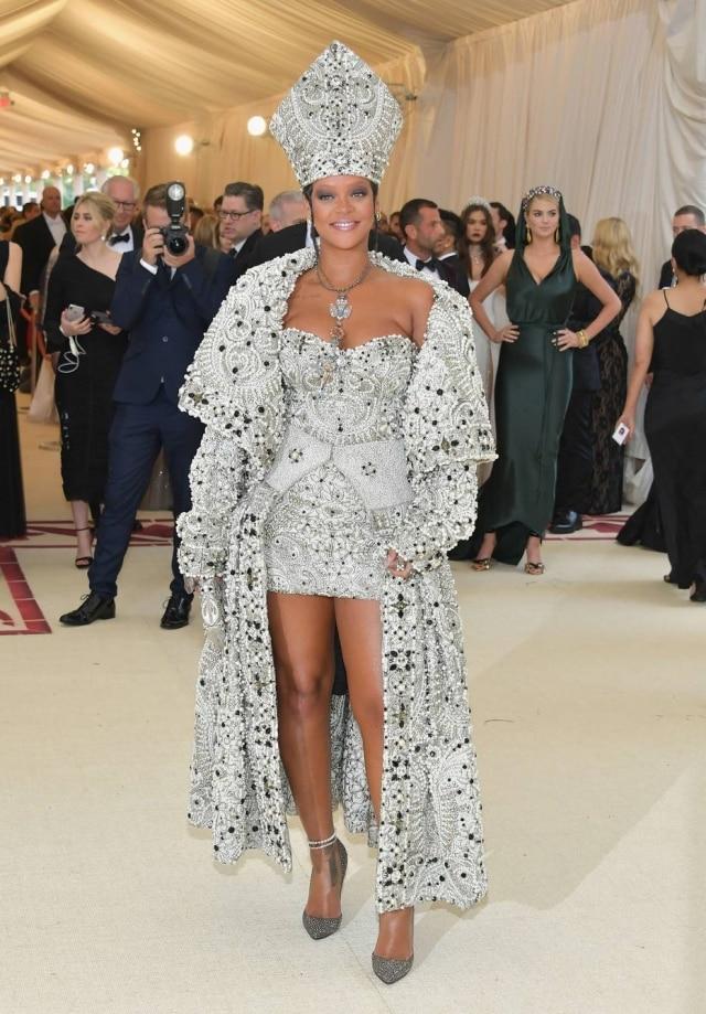 Anfitriã e uma das presenças mais aguardadas do Baile do MET, Rihanna sempre faz questão de inovar e seguir o tema a risca. Desta vez, ela foi de Papa com look Maison Margiela