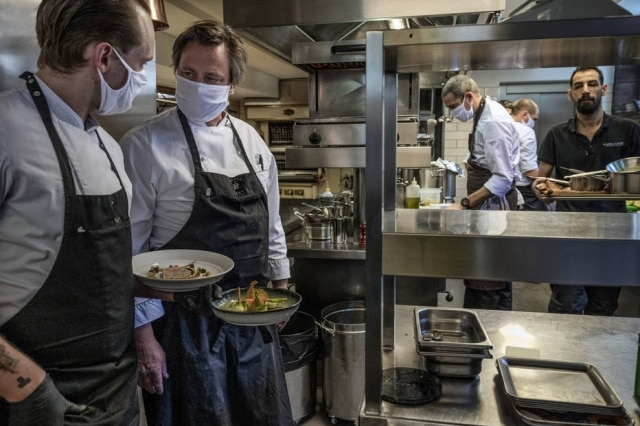 O chef Dirk Gieselmann, do Pauly Saal, restaurante com estrelaMichelin em Berlim que reabriu na semana passada