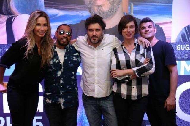 Diretor Diego Pignataro posa para foto entre os repórteres de 'A Liga', Mariana Weickert, Thaíde, Maria Paula e Guga Noblat