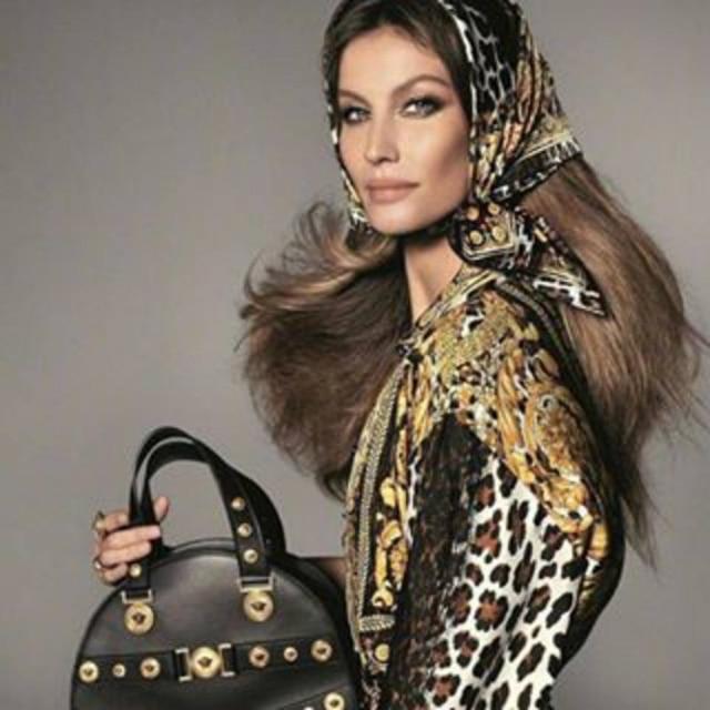 Gisele Bündchen compartilhou em seu Instagram clique da campanha da Versace, que será divulgada na íntegra dia 18 de dezembro