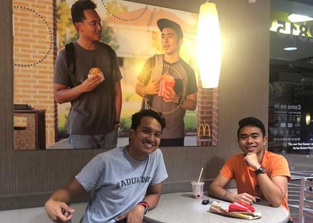 Jovem criou pôster e instalou em unidade do McDonald's porque não se sentia representado.