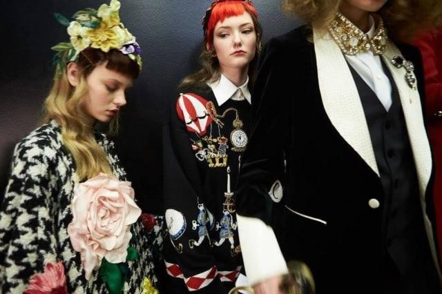 Modelos em fila no backstage da Dolce & Gabbana