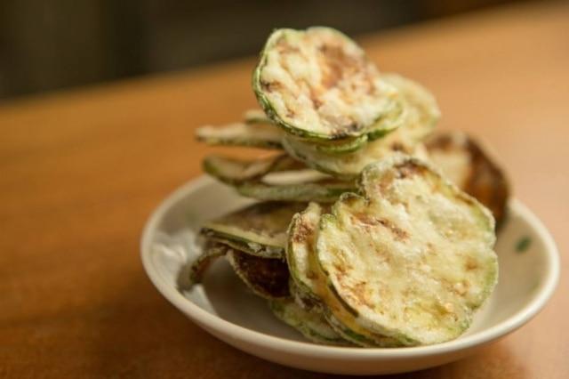 Para acompanhar o chope. Chips de jiló é uma das entradas que Marcelo trouxe do seu Jiquitaia para o bar do Centro