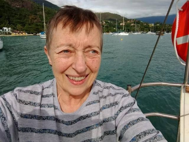 Elfriede Galera, de 63 anos, atua o ano inteiro na divulgação de informações sobre o câncer de mama.
