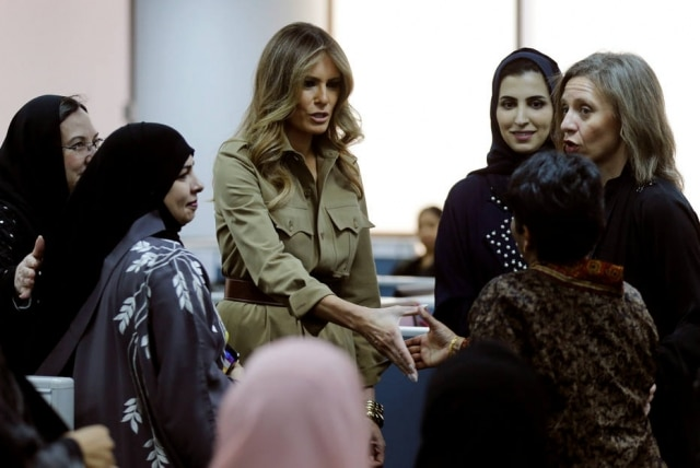 Melania Trump ao lado das funcionárias da General Electrics emRiyadh, na Arábia Saudita