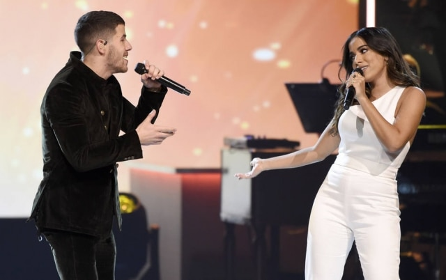 Nick Jonas e Anitta cantando Looking For Paradise no evento Person of the Year em homenagem a Alejandro Sanz.
