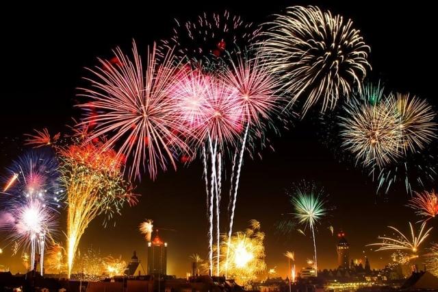 Os primeiros fogos de artifício começam 16 horas antes da meia-noite em Brasília