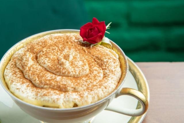 Releitura da sobremesa, servida em uma xícara, dachef Renata Vanzetto
