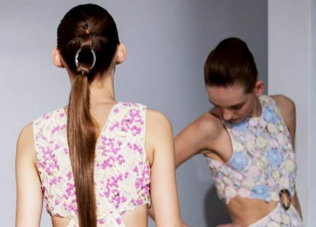 Aplique de argolas da Dior: difícil de fazer, mas lindo de ver, não?