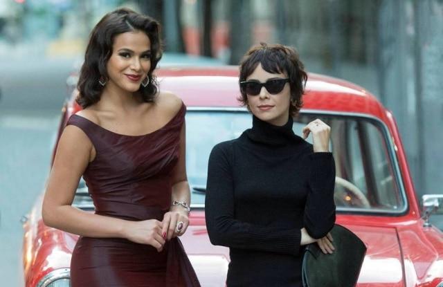 """Bruna Marquezine e Débora Falabella interpretamatrizes de novela na série """"Nada Será Como Antes""""."""