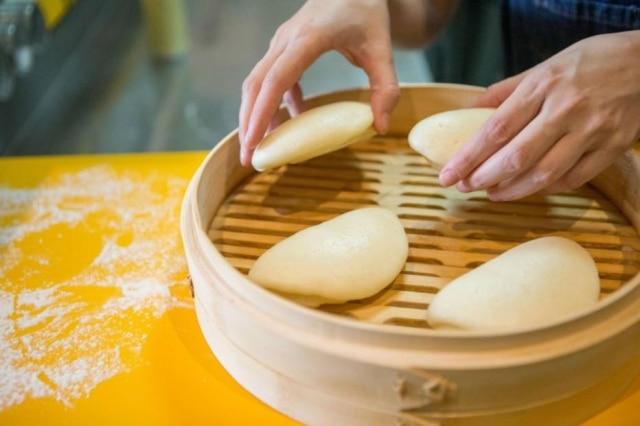 A massa simples que leva basicamente apenas farinha, água e fermento deve descansar por algumas horas antes de ir para o vapor nas cesta de bambu.